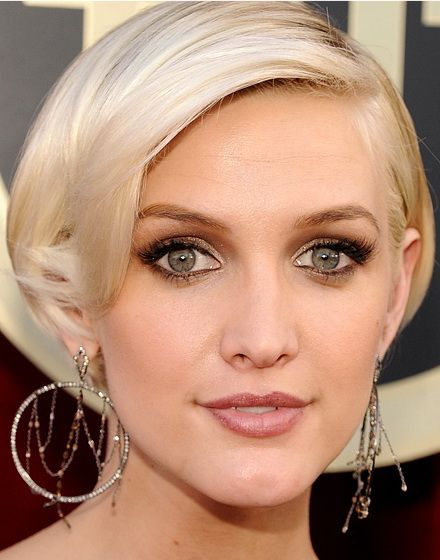 Love The Color Of Green Eyes And Gold Make Up Hair