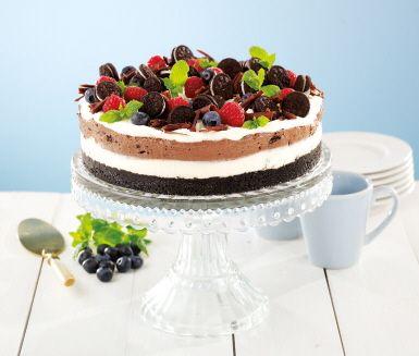 En riktigt läcker cheesecake som för tankarna till sommar och en solig fika i trädgården eller på balkongen. Ljuvligt god och vacker att se på med sina tre lager och härliga topping. En tårta man gärna tar två gånger av!