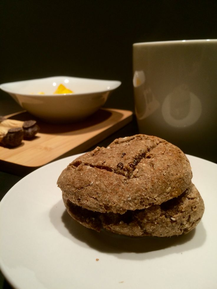 Pan multicereal con mantequilla - caliente.