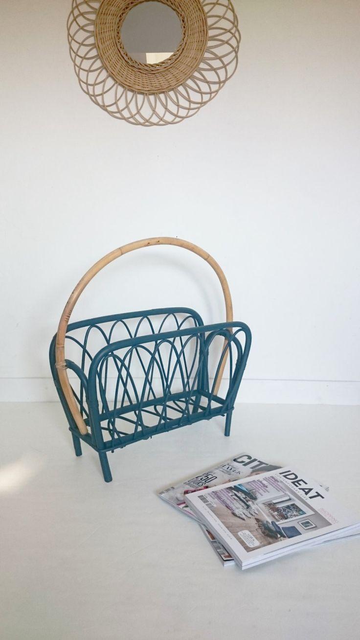 Porte revue en rotin vintage, peint en bleu indigo de la boutique lillevintage sur Etsy