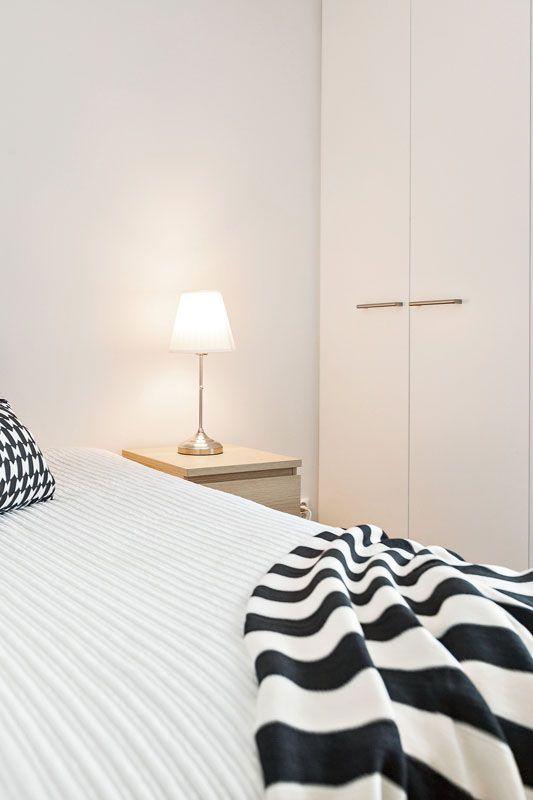 Musta-valkoinen makuuhuone. Black and white bedroom.