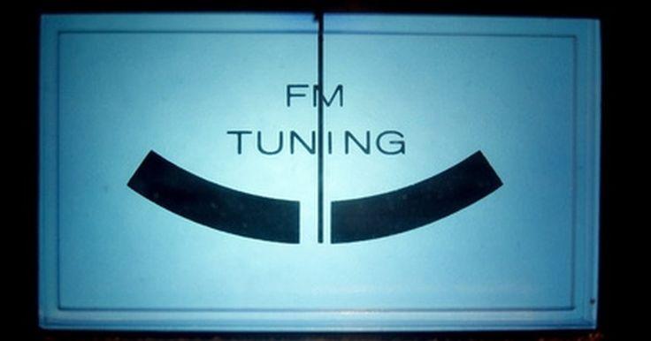 Cómo eliminar el ruido de un receptor FM . Muchas transmisoras de radio usan la frecuencia modulada (FM) para transmitir. Las ondas FM son menos susceptibles al ruido y a la estática que las de amplitud modulada (AM). Sin embargo, el desempeño de los receptores FM puede ser alterado por la presencia de otros dispositivos electrónicos. Cuando existen dispositivos cerca de un sintonizador ...