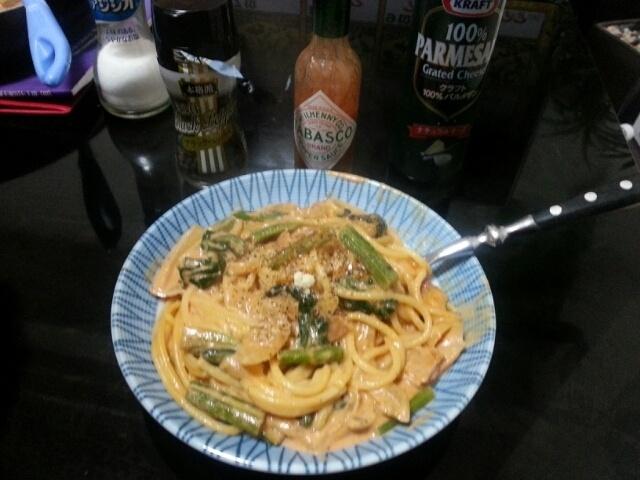 材料  パスタ、4人分  玉葱、 一個  ほうれん草 人房  ベーコン、一袋  生クリーム、一個  トマトピュウレー 適量  ニンニク、人欠片  塩   少々  黒胡椒、少々  粉チーズ 少々  1  鍋に多目の水に塩一握り入れて、パスタを湯がきます!  2  フライパンにオリーブ油を入れて、ニンニクを弱火で、炒めます、強火にするとニンニクが焦げるので、弱火だとちょうどよく香りが出るそうです。  (川越達也がテレビで言ってました!)  3  ニンニクから香りが良くなってきたら、玉ねぎを入れます、玉ねぎが飴色になってきたら、ベーコンを入れて軽く炒めます。  4  そこにほうれん草も一緒に入れて軽く火を入れます。    5   そこにゆでたパスタを投入して、軽く合えます!  6  全体に火が通れば、生クリームを入れます。  7  トマトピュウレーも入れて。、しっかり混ぜます、そのまま少し煮込んで  塩を入れて味を調えてから、盛り付けます!    8  後はお好みで、黒胡椒、タバスコ、粉チーズなどを入れて召し上がってください!      なかなか美味しいですよ!試してみてください!