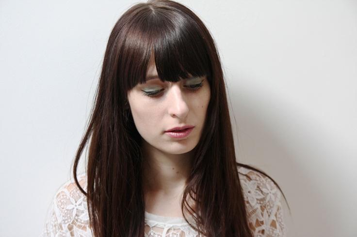 De kleur groen doet Renée van NSMBL vooral denken aan lentegras, fris pistache-ijs en opbloeiende parken. Oftewel: het voorjaar! Om jou te inspireren, laat zij een aantal groengekleurde beautylooks zien. En met een eenvoudige tutorial ontdek je hoe je jouw ogen uit laten blinken, met behulp van groene oogschaduw. Tip van NSMBL: houd de rest van je make-up look verder lekker fris en neutraal!