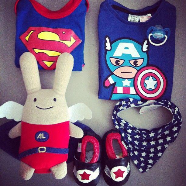Chez nous, on aime les super héros des le plus jeune âge. [body #superbaby #kiabi tee #captainamerica #zarababy peluche #trousselier #bavoir #h&m #slippers #bibalou]