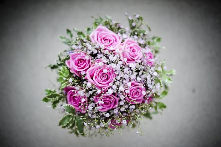 Svatební kytice z růží a nevěstina závoje Klasická kytice z růžových růží Aqua a růžového nevěstina závoje, doplněno zelení pitosporum