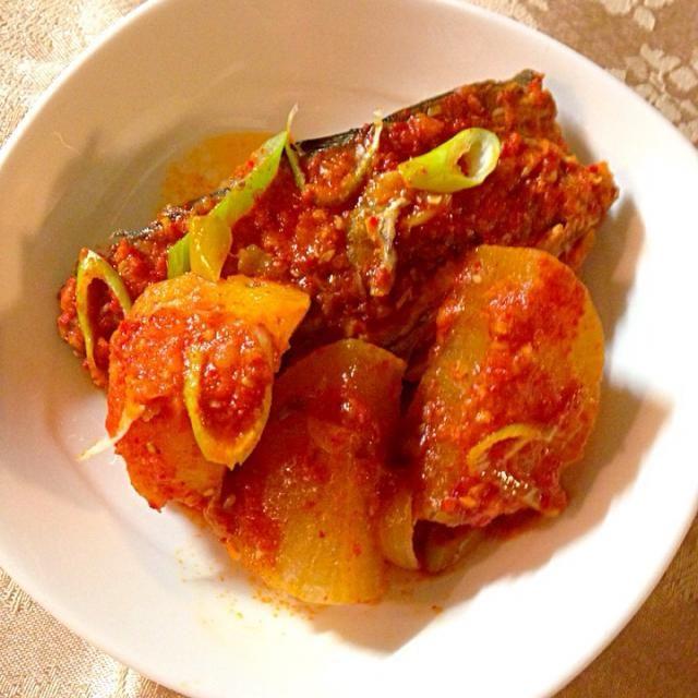 煮干しと昆布のだし汁で大根とジャガイモを煮たところに、鯖と玉ねぎの薄切り、酒、醤油(韓国のスープ用ですが、普通の醤油か魚醤でも。) ニンニクと生姜のみじん切り、そして粉唐辛子ドパッ! 発酵したキムチのつけ汁を入れたなら、なお良し。 - 60件のもぐもぐ - 真っ赤で何だかわかりませんね韓国式 鯖と大根の煮付け고등어무조림 by kintoon