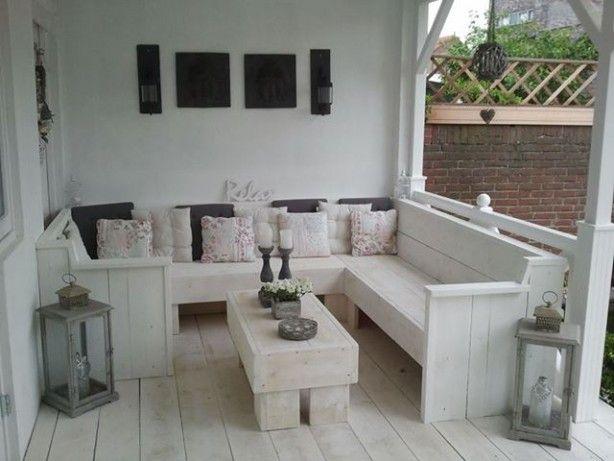 Steigerhouten meubels onder veranda