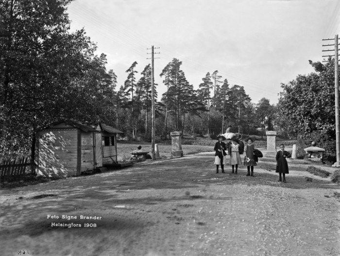 Kaupungin raja, Vanha tulliportti. Läntinen Viertotie 80 (nykyinen Mannerheimintie 108).