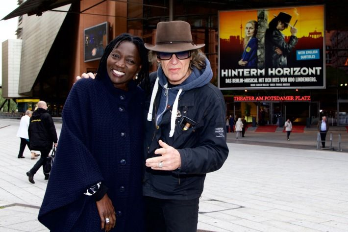 Udo Lindenberg begrüßt Auma Obama beim Berlin-Musical HINTERM HORIZONT