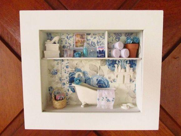Quadro/cenário de madeira 6.0mm,  COM VIDRO FRONTAL , pintado de branco , com fundo de decoupagem, banheira de resina,cesto de vime em miniatura,caixa de sapato e chinelo de resina, produtos em miniaturas, toalhas feito à mão, vaso cerâmico com flores importadas.  FAÇO NA COR DE SUA PREFERÊNCIA/  QUADRO COM VIDRO FRONTAL   OBS.:  por ser um produto totalmente artesanal, poderá ocorrer alguma variação na decoração conforme disponibilidade. Para comprar: 1 - Cadastre-se e entre com seu usuário…