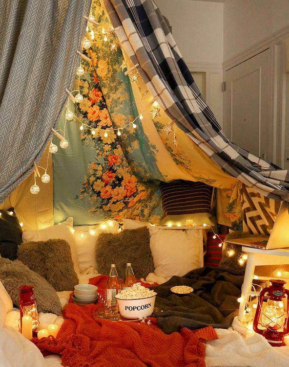 6 Steps To Having The Blanket Fort Movie Night Of Your Dreams Movie night is awesome. Movie night in a blanket fort is ridiculously awesome. Make your blanket fort movie night even more awesome with SkinnyPop Popcorn. Fun Sleepover Ideas, Sleepover Party, Slumber Parties, Adult Slumber Party, Kino Party, Cute Date Ideas, Movie Night Party, Movie Nights, Christmas Movie Night