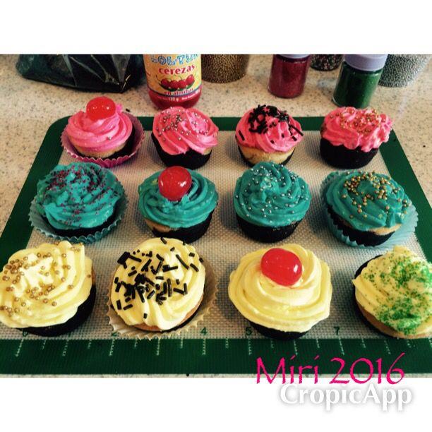 Cupcakes betún: 1 queso crema, 1/2 mantequilla sin sal,  1/2 taza de azúcar glass , colorante (el que sea) alcanza para 20 cupcakes