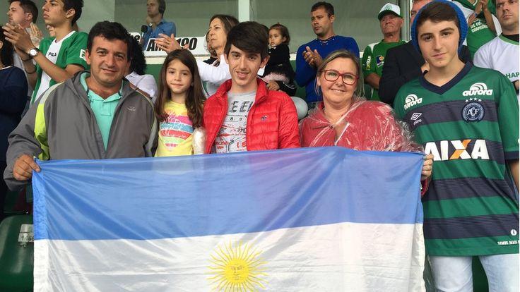 Hoje os dois países são do mesmo time: a família argentina que viajou 300km para se despedir da Chapecoense #timbeta #sdv #betaajudabeta