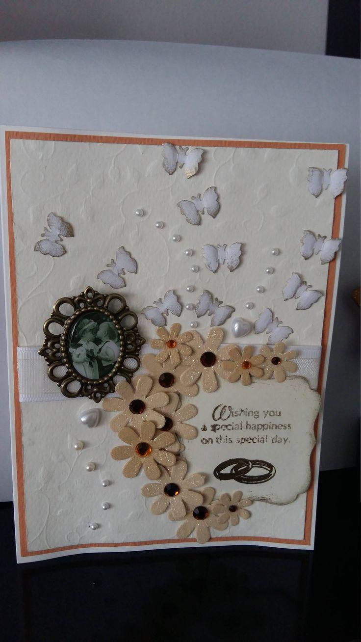 Carte de mariage faite à la main avec fleurs et envolée de papillons, message de bonheur tons blanc et or. by Dancingunderarainbow on Etsy