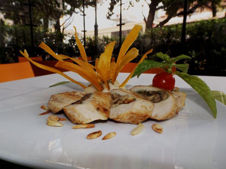 Pechuga de pollo rellena con champiñones, almendra y pesto