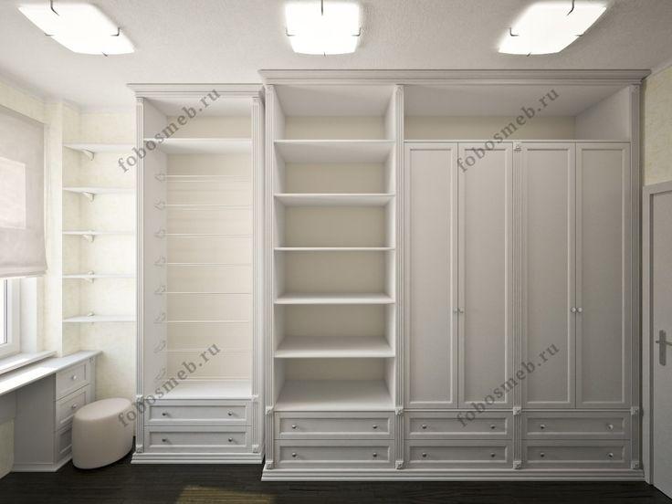 На фото: Справа от входа гардеробный шкаф переменной глубины с фасадми