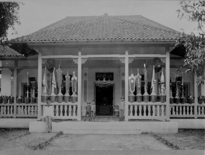File:COLLECTIE TROPENMUSEUM Voorkant van een Chinese tempel in Ambon Molukken. TMnr 60013223.jpg