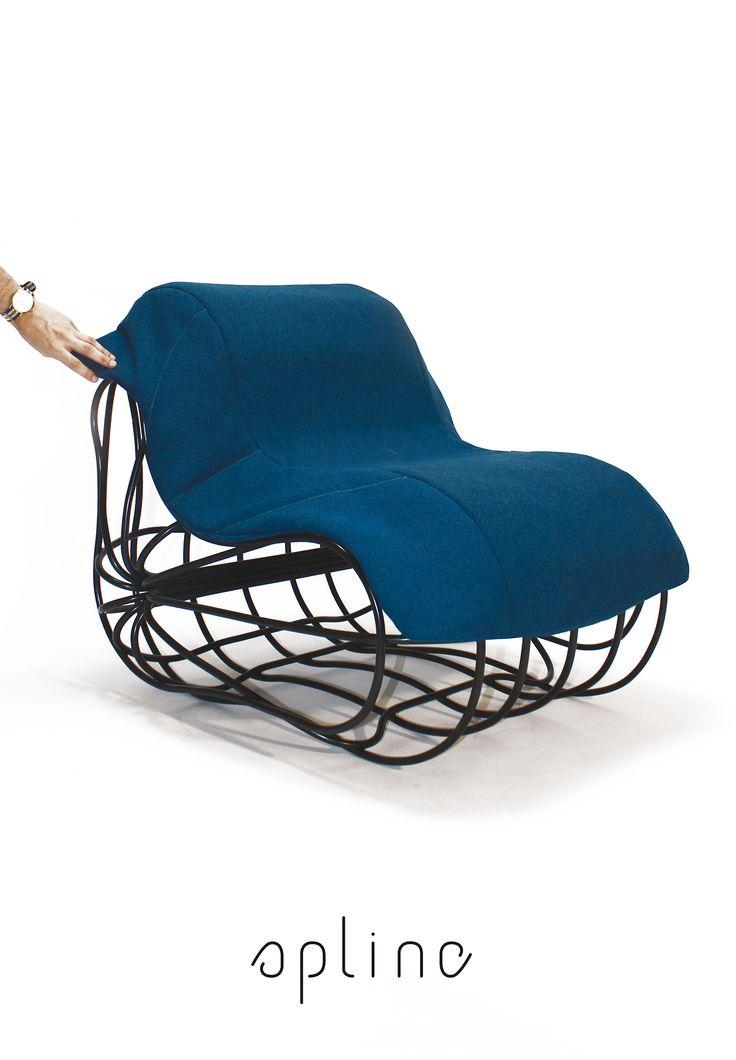 L'assise « Spline», design Clément Pré.  Cette assise en fil d'acier cintré est formée de trois éléments verticaux et trois éléments horizontaux rayonnants autour d'un même axe.  L'assise ainsi formée est complétée d'une couverture amovible affinant le confort de « Spline ».