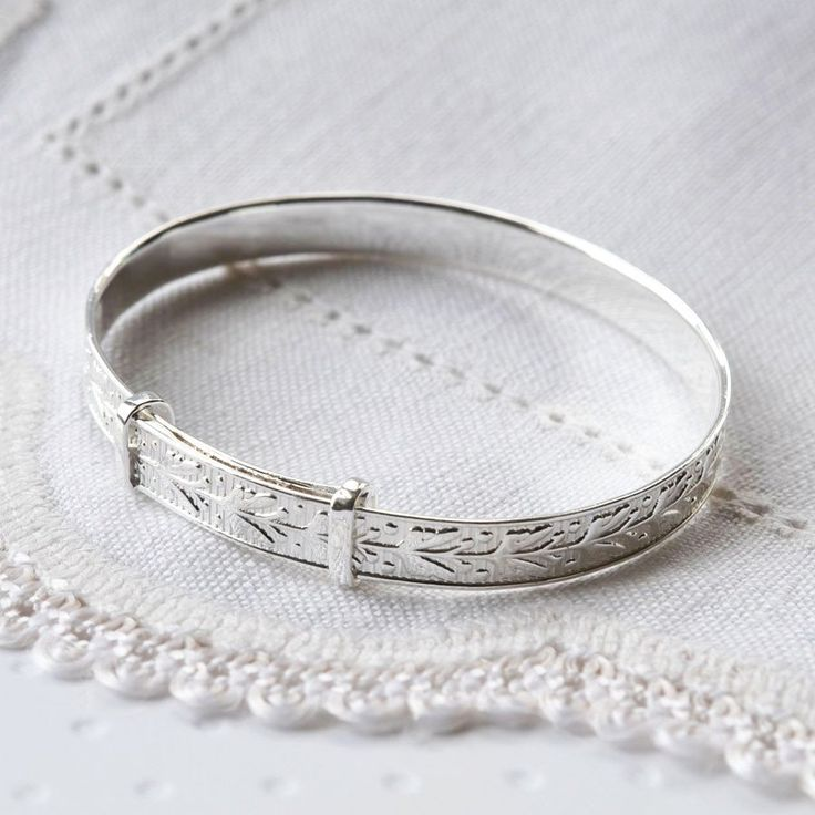 This beautiful sterling sliver patterned christening bangle has a wonderful floral design running all the way round.  This beautifully detailed silver patterned christening bangle is adjustable making it the perfect baby bangle.