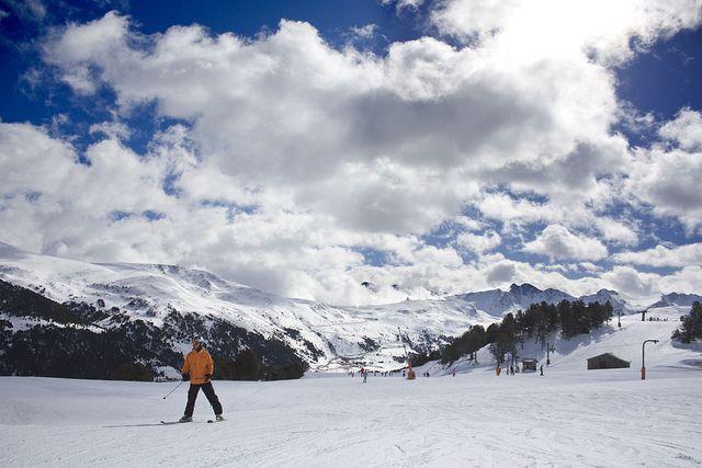 La Semana Blanca Municipal, es una exitosa iniciativa del Ayuntamiento de Madrid, que ofrece cursos para promocionar los deportes de nieve y su aprendizaje