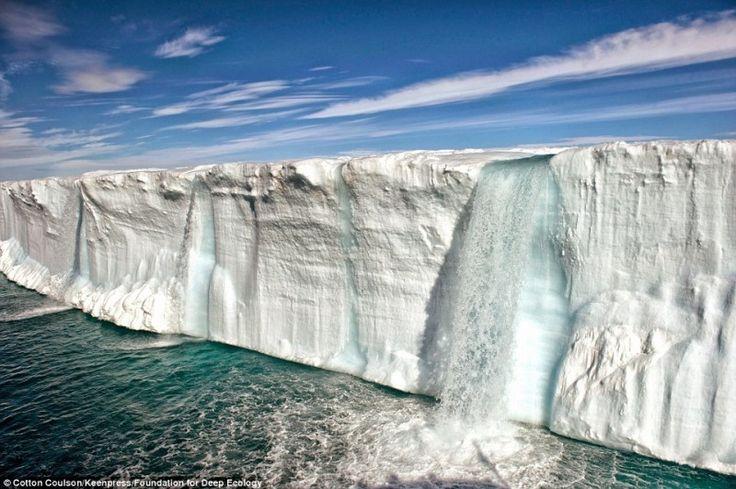 Vízesés az olvajó jéghegyen