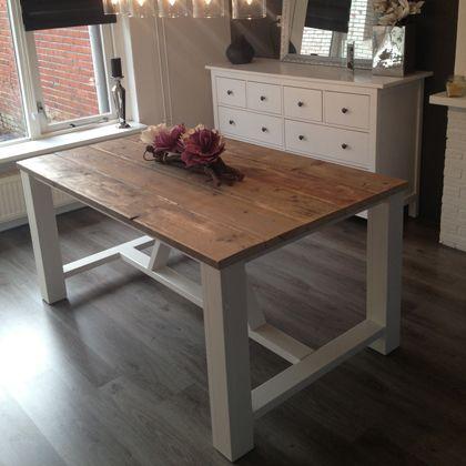 Steigerhout Eettafel - 'Breege', wit gecombineerd met gezellig steigerhout. Deze tafel is te leveren met een onderstel in elk gewenste RAL-kleur. Laat je inspireren op www.rustikal.nl