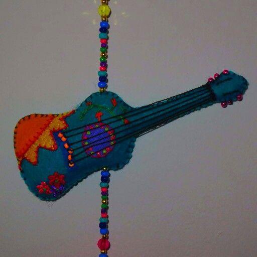 Guitarra en paño lenci - fieltro, con cuentas de colores.