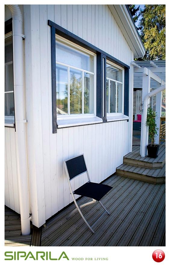 Topcoat®-ulkoverhouspaneeli UTV 23x145, sävy: NCS S 0505-R90B. Selvästi talon yleisvärityksestä poikkeavilla ikkunalistoilla voidaan korostaa talon yksityiskohtia.