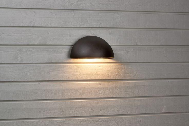 Utomhusbelysning med nedåtriktad ljusbild. Hölje i galvaniserad stålplåt med klar plastlins. #biltema #väggöampa #utomhusbelysning