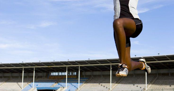 """Como ser bom em salto em distância e salto triplo. A glamourosa corrida dos 100 metros rasos pode determinar quem é o """"Homem Mais Rápido do Mundo"""" nas Olimpíadas, mas o salto em distância e o salto triplo são provas igualmente importantes no atletismo, e tão cansativas para praticar quanto qualquer outra corrida. Apesar do talento natural ser útil, a dedicação para melhorar a mecânica do salto e ..."""