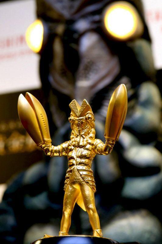 新宿高島屋(東京・渋谷)で15日、税込み1080万円、純金製の「バルタン星人」が発売されました。3種類のサイズのうち、限定1点の大サイズ(高さ約19センチ)がこのお値段です。(敏)Tokyo