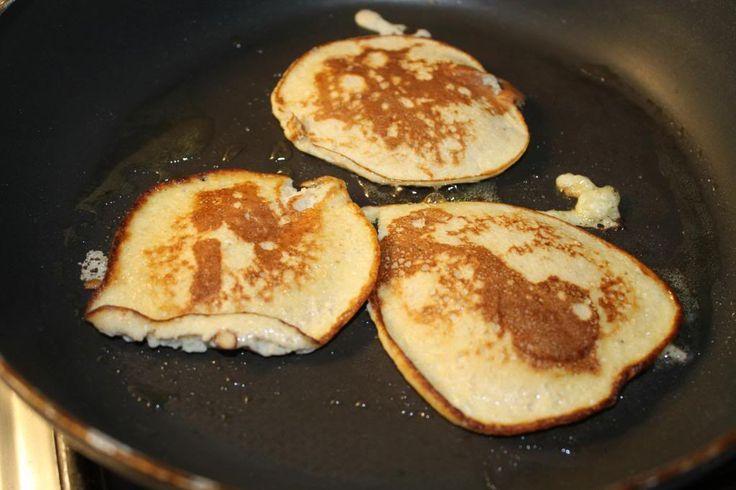 Banaan havermout pannenkoekjes: 1 banaan 2 eieren 40 gram havermout /oatmeal een scheutje yoghurt (ongeveer 75 gram) kaneel of speculaaskruiden naar keuze. 1 halve eetlepel oerzoet / suiker of honing.