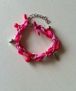 Kinderarmband met roze linten gevlochten