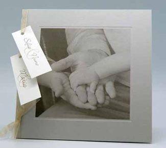 Einladung zur Traufe Es sollte weniger das Paar, als die gesamte Familie im Vordergrund stehen – inhaltlich sowie gestalterisch. Das Beispiel verdeutlicht, mit welchen visuellen Mitteln gearbeitet werden kann