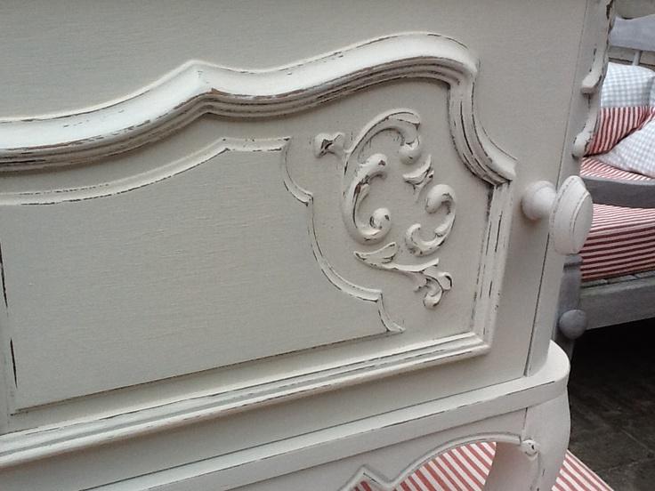Na het verven schuur ik mijn meubels altijd heel licht door met een fijne korrel (100) schuurpapier en breng ik meerdere laagjes clear wax van Annie Sloan aan ter bescherming.