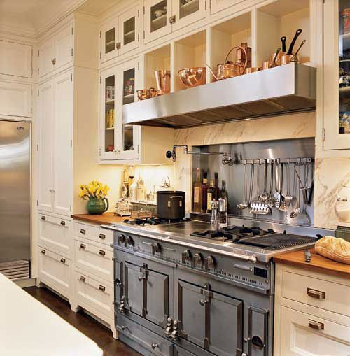 A fantastic stove... and check out all the copper ware up top!