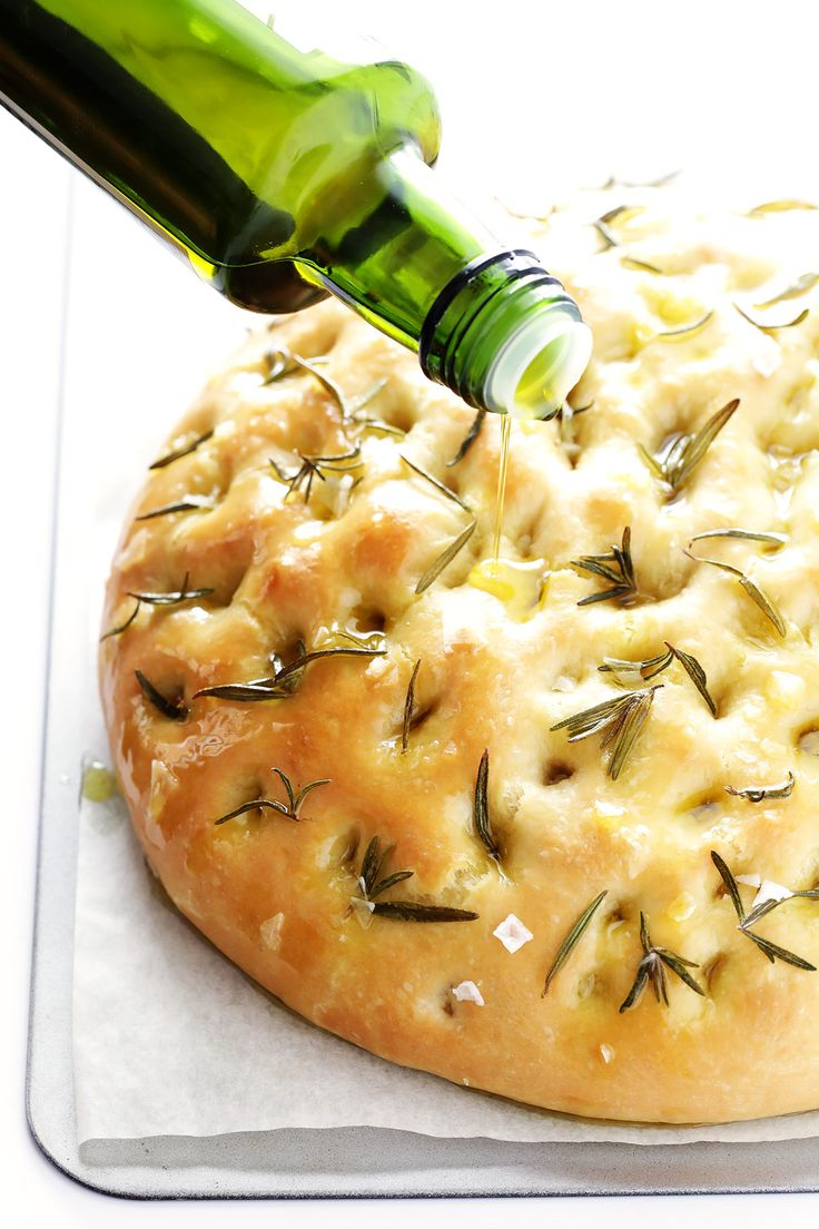 This delicious Rosemary Focaccia Bread is perfect for any good Italian dinner! | gimmesomeoven.com