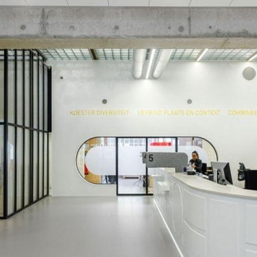 Fokkema & Partners Architects преобразили ратушу в голландском городе Алмере с помощью HI-MACS®: архитекторы использовали его в качестве основного декоративного материала для оформления фасада и интерьера здания. С помощью камня им удалось не только подчеркнуть красоту старинной архитектуры, но и сделать внутреннее пространство более комфортным для сотрудников и посетителей.  Новый облик получили высокие колонны со встроенными золотыми пластинами и комнаты для консультаций и залы ожидания…