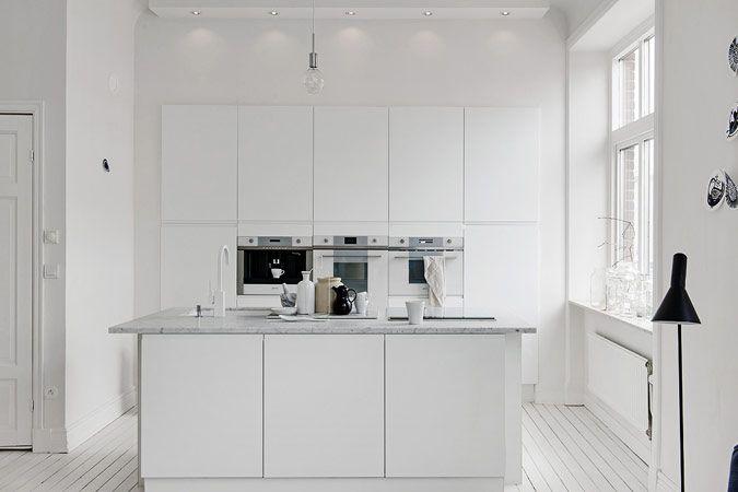 Moderne keuken met marmeren werkblad en kookeiland