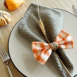 A tutorial for making plaid bow napkin rings.