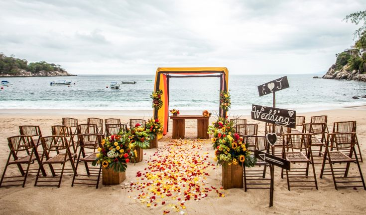 Embrace authentic Mexican charm at the all-suite, all-inclusive Barceló Puerto Vallarta for your wedding or vow renewals. This AAA Four-Diamond resort provides the best of both worlds – lush cliffs and blue ocean waters.