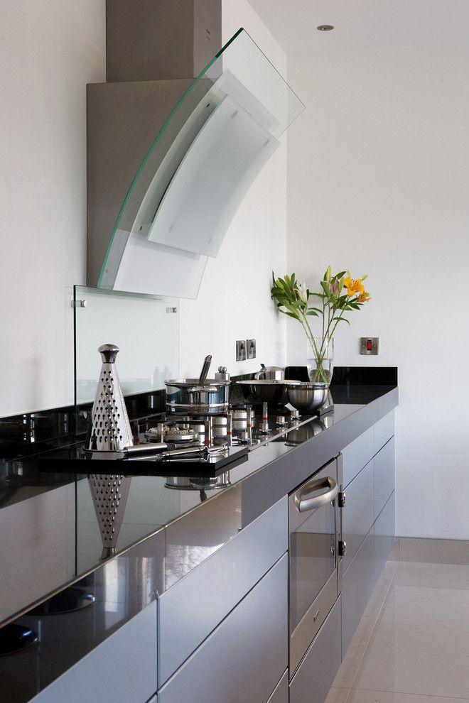 Вытяжки для кухни: 40 удивительных вариантов для любой кухни http://happymodern.ru/vytyazhki-dlya-kuxni-40-foto-vidy-i-osobennosti/ Подобный вид вытяжки с сенсорным управлением смотрится как самостоятельный интересный аксессуар