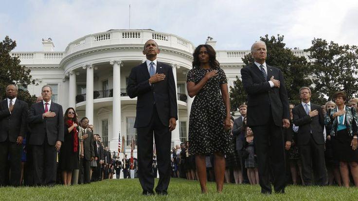 Le président américain et son épouse Michelle, ainsi que le vice-président, Joe Biden, ont effectué une minute de silence à 8h46, heure à laquelle le premier avion de ligne détourné a percuté l'une des deux tours du World Trade Center.