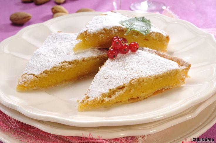 Super cremosa, o recheio desta tarte promete. Vejam a receita aqui: http://www.teleculinaria.pt/receitas/tarte-de-amendoa-2/?utm_content=buffere4d63&utm_medium=social&utm_source=pinterest.com&utm_campaign=buffer Bom apetite ;)