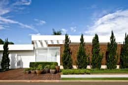 Projekty, nowoczesne Domy zaprojektowane przez Ana Paula e Sanderson Arquitetura