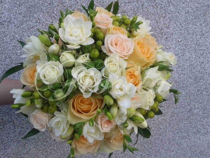 Kytice nevěsty: růže, frézie a třezalka