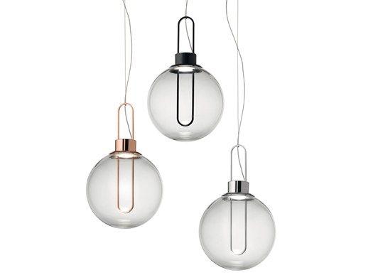 Orb: globi luminescenti dal tocco retrò. La nuova sospensione Modoluce ha per diffusore l'intramontabile sfera, con la particolarità di essere attraversata da una struttura metallica allungata che, oltre a costituirne elemento portante, integra la fonte luminosa: un modulo LED di ultima generazione.