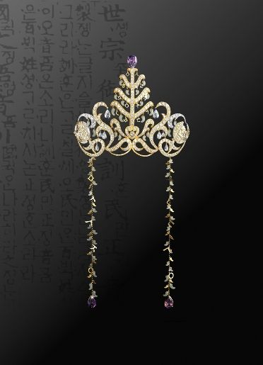 The 2009 Miss Korea Tiara, the work of art was produce from the motivation of the background of Shilla Period which gold craft was well-developed. Unlike the past where diamond was used as a main stone, it is decorated with half-moon shaped bean with traditional Korean jewelry 'amethyst' to emphasize the actually Shilla Period crown