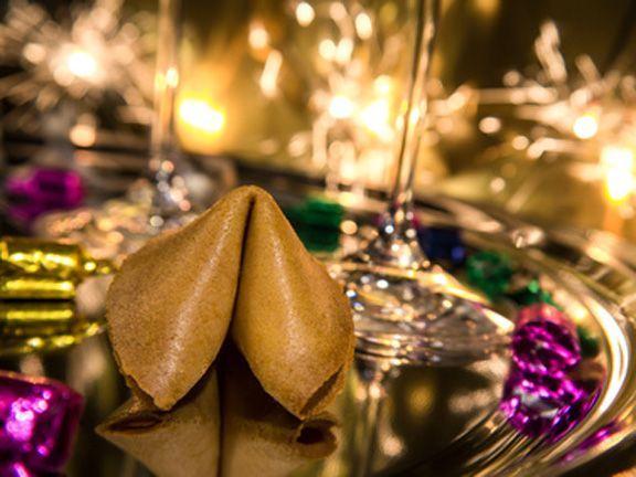 Was bringt das neue Jahr? Vielleicht kann es uns ein Glückskeks verraten. So backen Sie tolle, individuelle Glückskekse für die Silvesterparty!